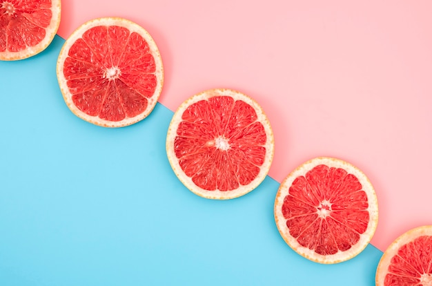 Bovenaanzicht grapefruit segmenten op tafel Premium Foto