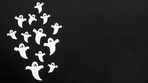 Bovenaanzicht griezelige halloween-geesten met kopie ruimte Gratis Foto