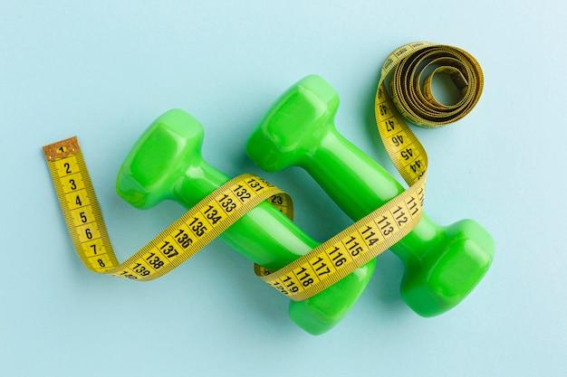 Bovenaanzicht groene gewichten en meter Gratis Foto