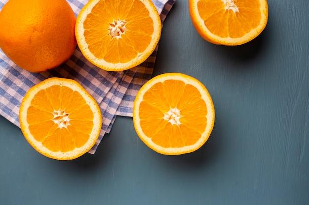 Bovenaanzicht half gesneden natuurlijke sinaasappelen op tafel Gratis Foto
