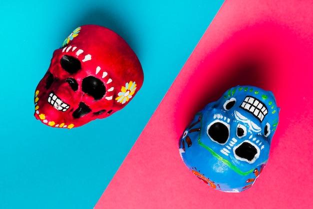 Bovenaanzicht halloween decoratie met kleurrijke schedels Gratis Foto