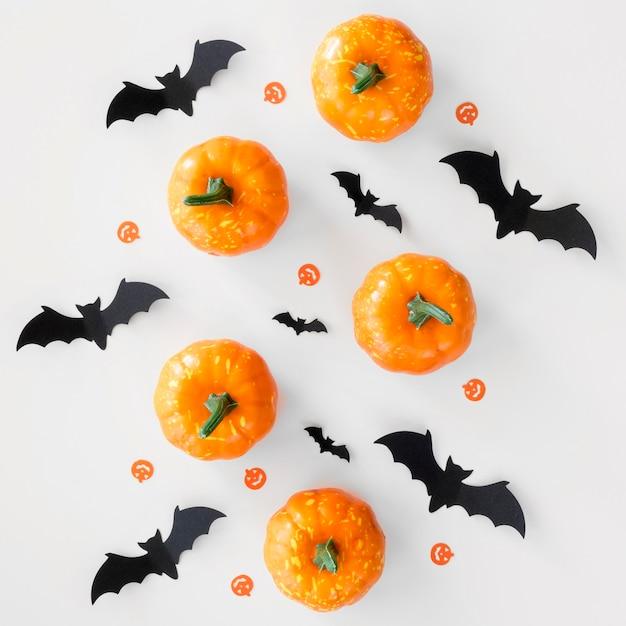 Bovenaanzicht halloween pompoenen en vleermuizen Gratis Foto