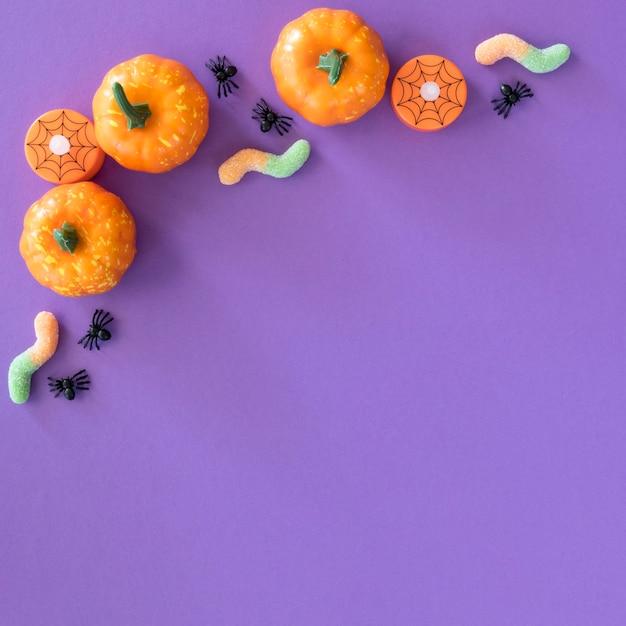 Bovenaanzicht halloween pompoenen met kopie ruimte Gratis Foto