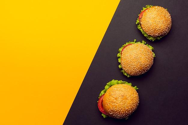 Bovenaanzicht hamburgers met kopie ruimte Gratis Foto