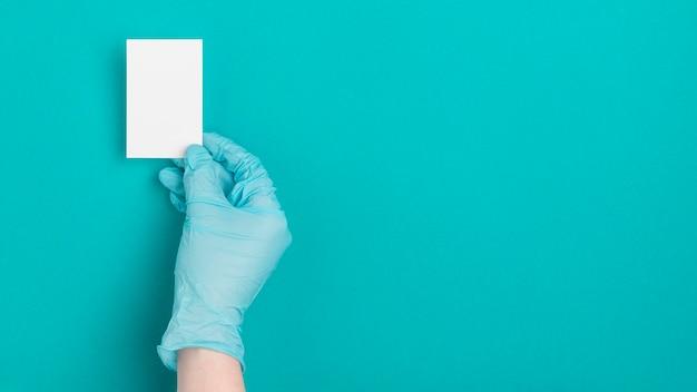 Bovenaanzicht hand met papier met kopie ruimte Gratis Foto