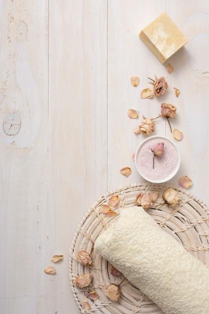 Bovenaanzicht handdoek met geparfumeerde producten Gratis Foto