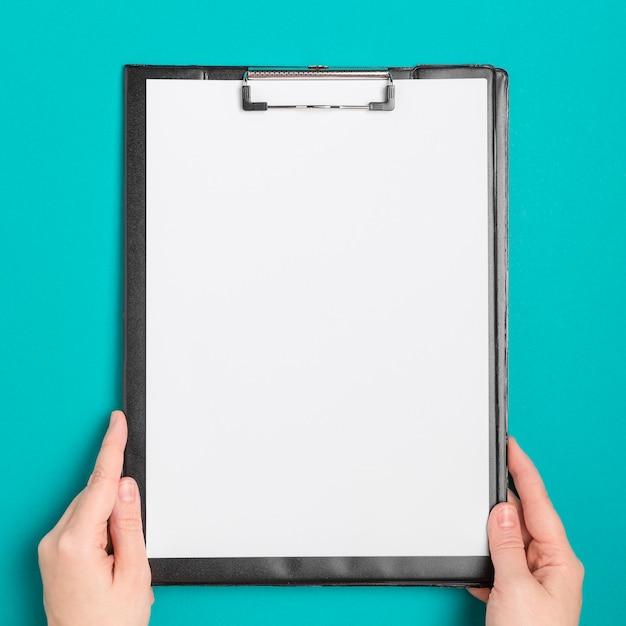 Bovenaanzicht handen met medische klembord Premium Foto