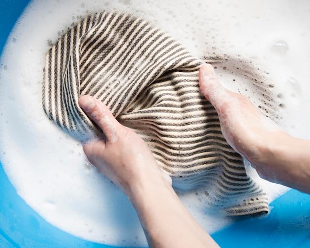 Bovenaanzicht handen wassen kleding Gratis Foto