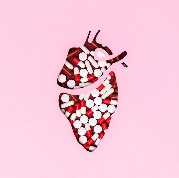 Bovenaanzicht hart dag met medicijnen Gratis Foto
