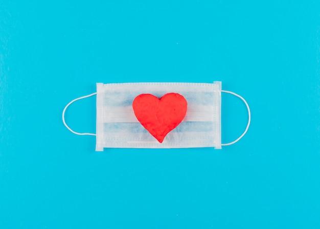 Bovenaanzicht hart op een medisch masker. horizontaal Gratis Foto