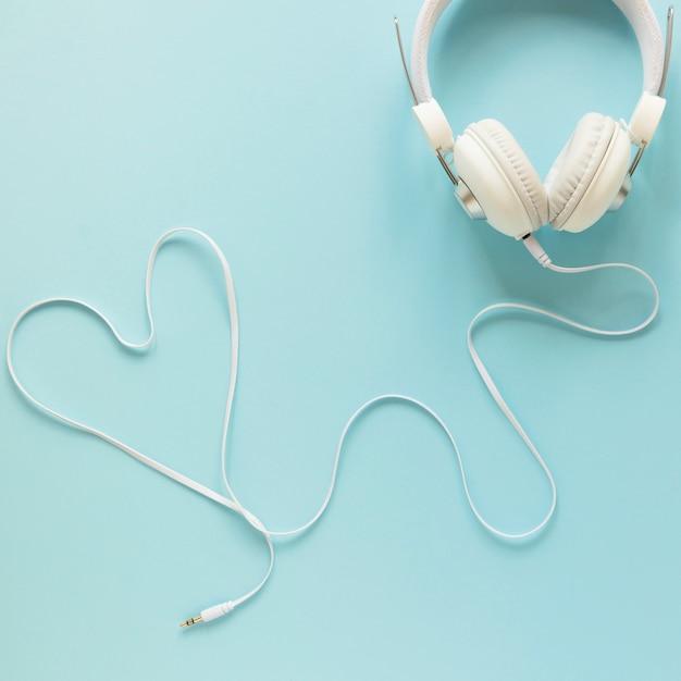 Bovenaanzicht headset met blauwe achtergrond Gratis Foto