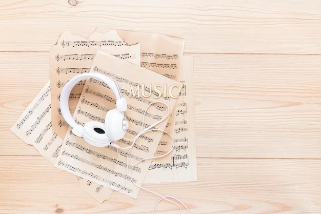 Bovenaanzicht headset met muziekbladen Gratis Foto