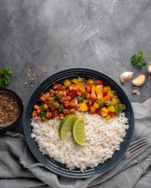 Bovenaanzicht heerlijk braziliaans eten met rijst Gratis Foto