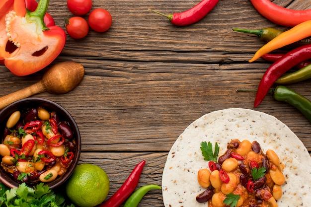 Bovenaanzicht heerlijk mexicaans eten klaar om te worden geserveerd Premium Foto