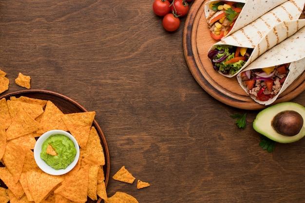 Bovenaanzicht heerlijk mexicaans eten klaar om te worden geserveerd Gratis Foto
