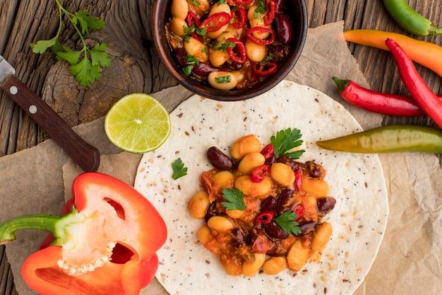 Bovenaanzicht heerlijk mexicaans eten met chili Gratis Foto
