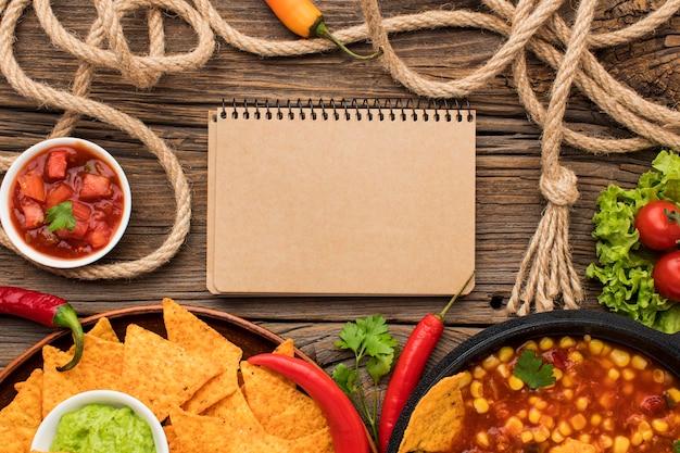 Bovenaanzicht heerlijk mexicaans eten met nacho's Gratis Foto