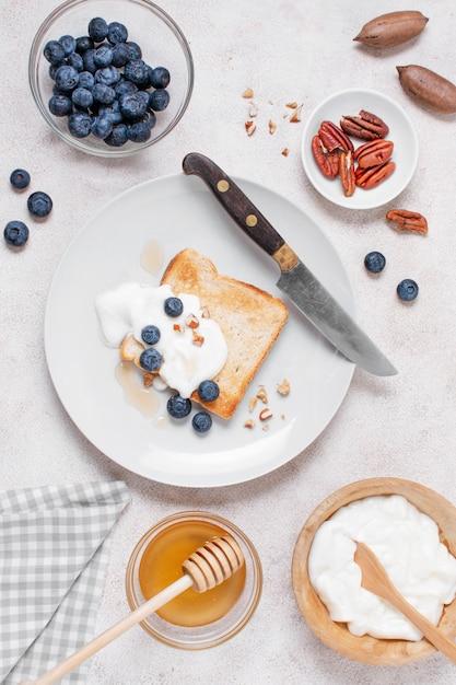Bovenaanzicht heerlijk ontbijt met toast en honing Gratis Foto