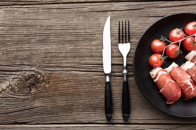 Bovenaanzicht heerlijk vlees met tomaten op tafel Gratis Foto