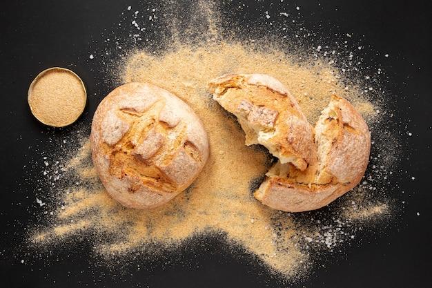 Bovenaanzicht heerlijk zelfgebakken brood Gratis Foto