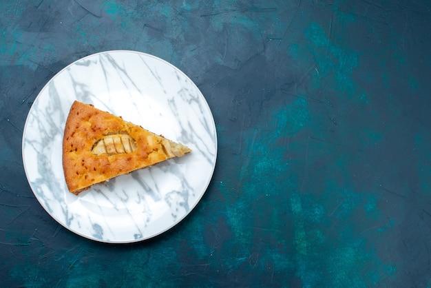 Bovenaanzicht heerlijke appeltaart gesneden in plaat op de donkere achtergrond fruitcake taart suiker zoet Gratis Foto