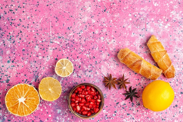 Bovenaanzicht heerlijke bagels met citroen op roze bureau Gratis Foto