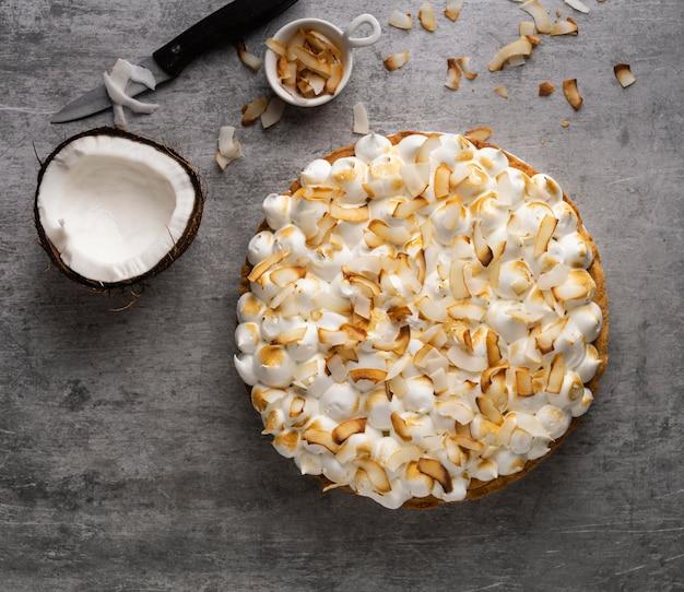 Bovenaanzicht heerlijke cake met kokos Gratis Foto