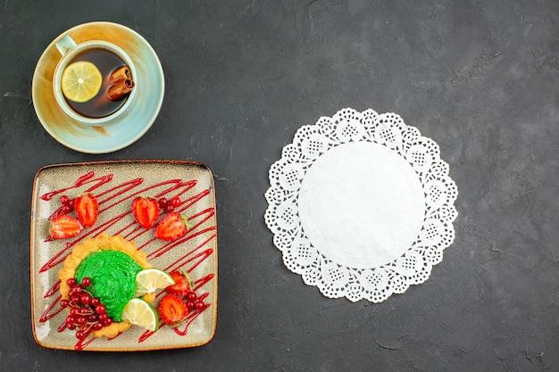 Bovenaanzicht heerlijke cake met kopje thee Gratis Foto
