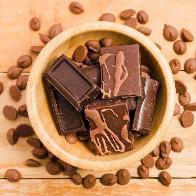 Bovenaanzicht heerlijke chocoladerepen op tafel Gratis Foto