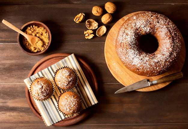 Bovenaanzicht heerlijke donuts met noten Gratis Foto