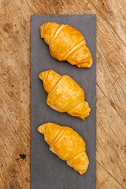 Bovenaanzicht heerlijke gebakken croissants Gratis Foto
