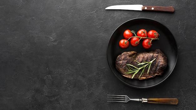 Bovenaanzicht heerlijke gekookte biefstuk klaar om te worden geserveerd Gratis Foto