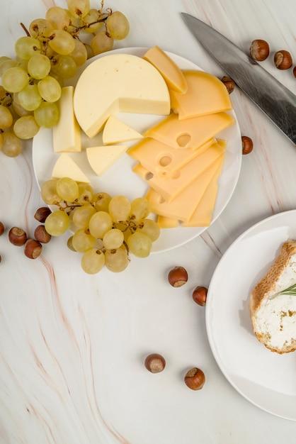 Bovenaanzicht heerlijke kaas met druiven Gratis Foto