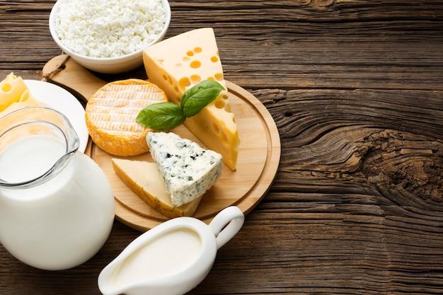 Bovenaanzicht heerlijke kaas met melk op tafel Premium Foto