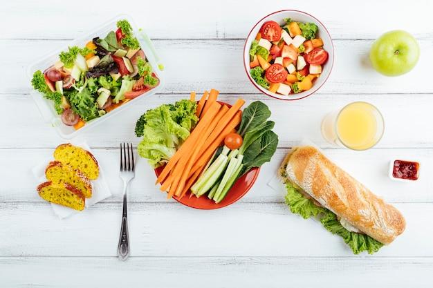Bovenaanzicht heerlijke lunchpauze Gratis Foto
