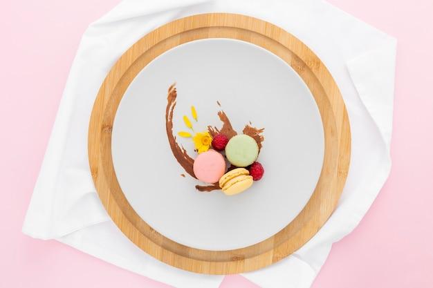 Bovenaanzicht heerlijke macarons klaar om te worden geserveerd Gratis Foto