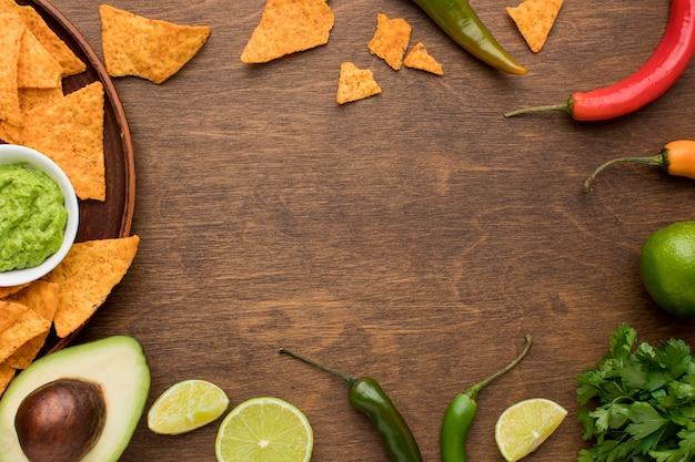 Bovenaanzicht heerlijke nacho's met guacamole Gratis Foto