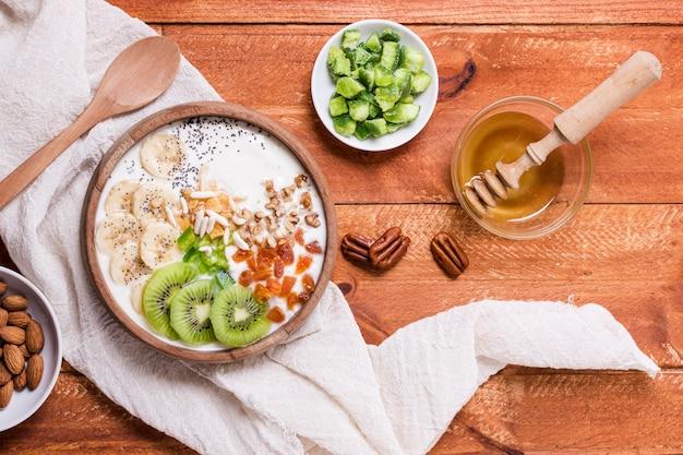 Bovenaanzicht heerlijke ontbijtkom met kiwi en yoghurt Gratis Foto