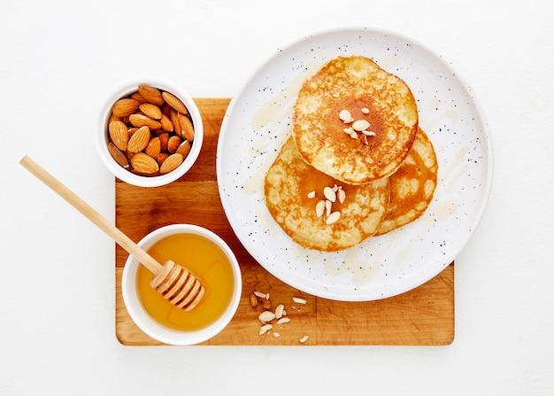 Bovenaanzicht heerlijke pannenkoeken met honing en noten Gratis Foto