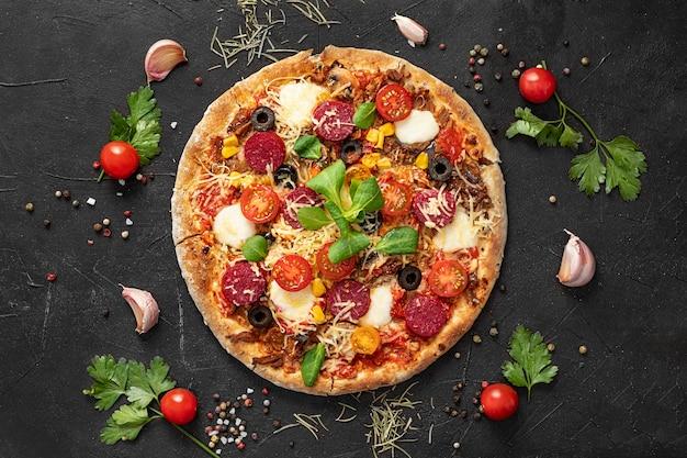 Bovenaanzicht heerlijke pizza Premium Foto