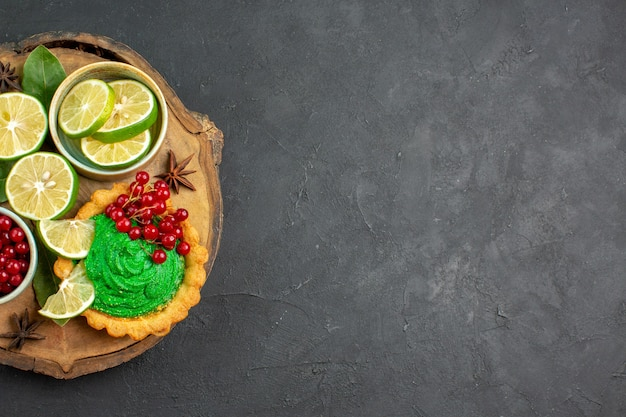 Bovenaanzicht heerlijke romige cake met fruit Gratis Foto