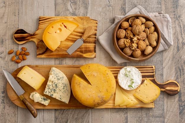 Bovenaanzicht heerlijke snacks op een tafel Gratis Foto