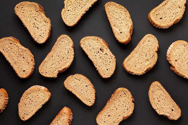 Bovenaanzicht heerlijke sneetjes brood Gratis Foto