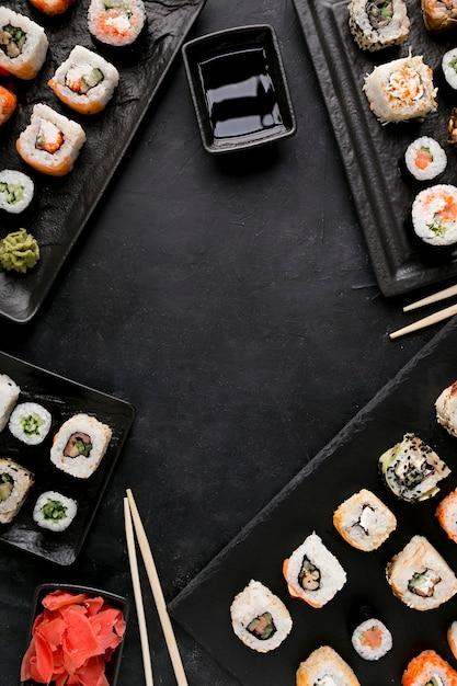 Bovenaanzicht heerlijke sushi en saus Premium Foto