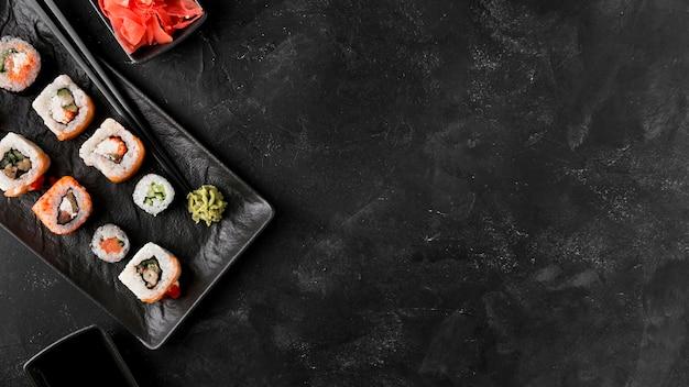 Bovenaanzicht heerlijke sushi met kopie-ruimte Premium Foto