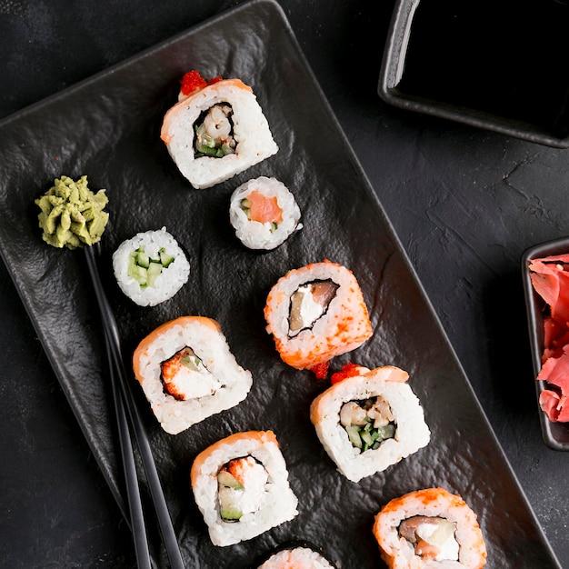 Bovenaanzicht heerlijke sushi met saus Gratis Foto
