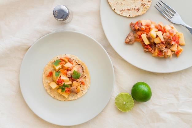 Bovenaanzicht heerlijke taco's op plaat Premium Foto