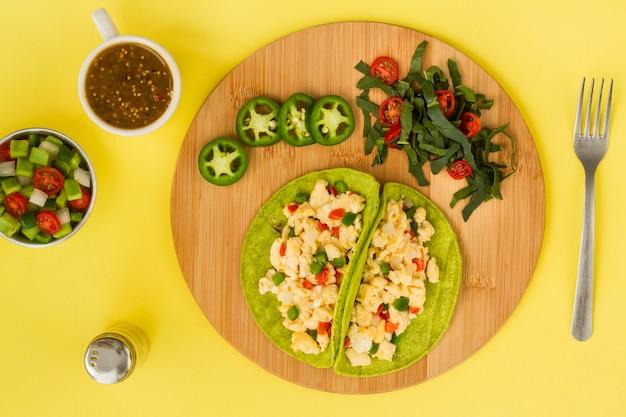 Bovenaanzicht heerlijke vegetarische taco Gratis Foto