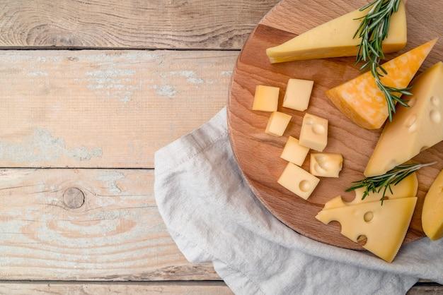 Bovenaanzicht heerlijke verscheidenheid aan kaas op de tafel Gratis Foto
