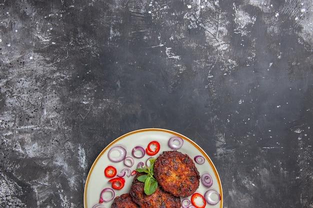 Bovenaanzicht heerlijke vleeskoteletten met uienringen Gratis Foto